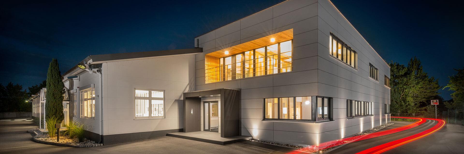 Firmengebäude von Mada bei Nacht